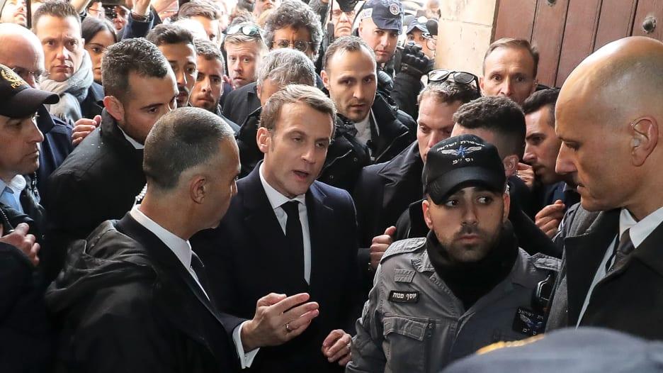 الرئيس الفرنسي يصرخ على رجل أمن إسرائيلي بالقدس.. ما السبب؟