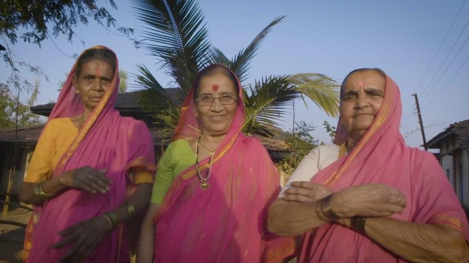 """""""سأتعلم طالما مازلت حية"""".. تعرفوا إلى مدرسة الجدات بالهند"""