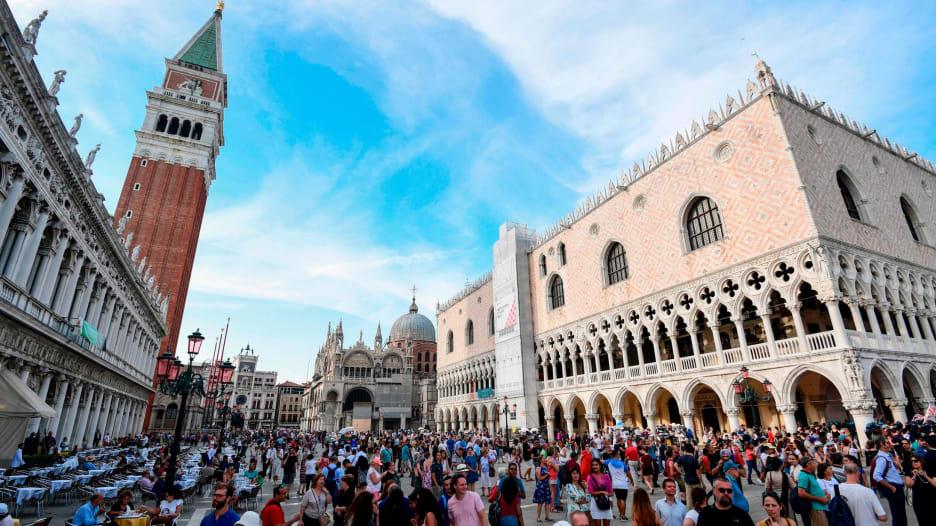 كيف تقوم هذه الوجهات الأوروبية بمحاربة السياحة المفرطة؟