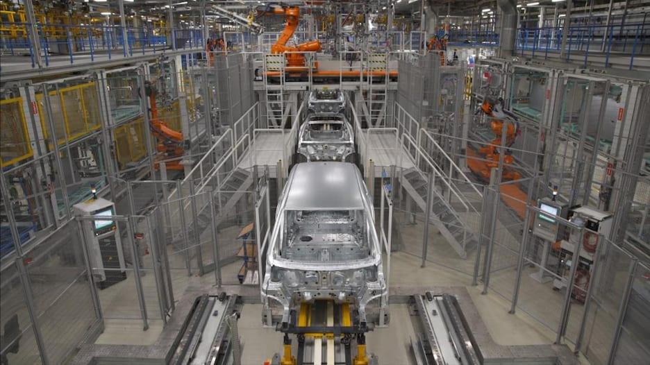 نظرة داخل مصنع السيارات الأكثر تقدماً بتقنياته في العالم
