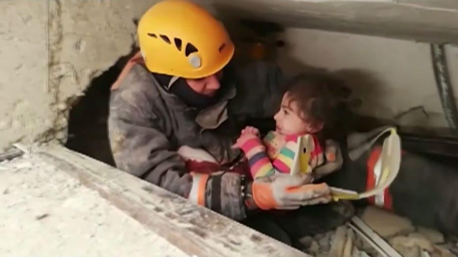 لحظة انتشال طفلة 5 أعوام من بين أنقاض مبنى دمره زلزال ألازيغ