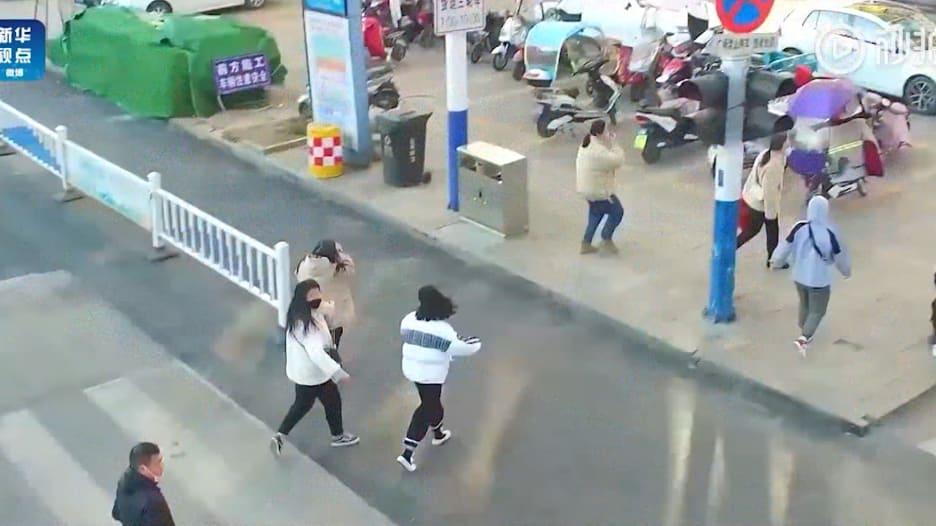 طائرات بدون طيار تلاحق وتوبخ من لا يرتدي قناعا في مدن الصين