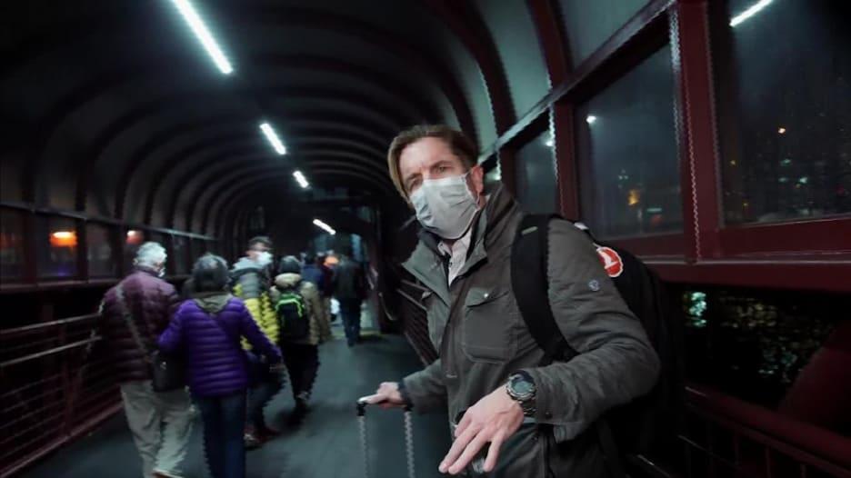 مراسل لـCNN يلحق بآخر رحلة من ماكاو إلى هونغ كونغ هرباً من كورونا