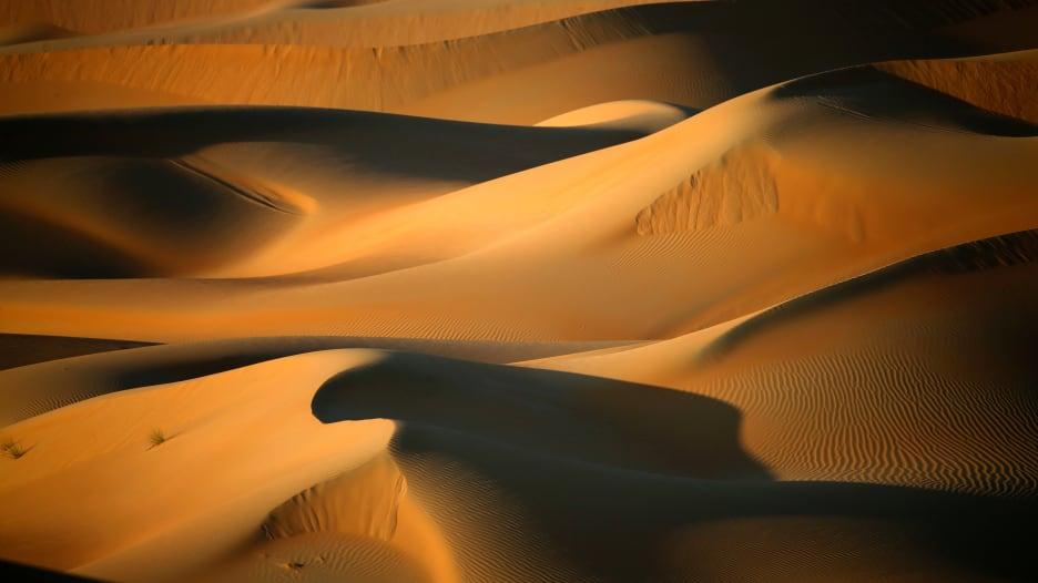 هل تعلم.. الكثبان الرملية تتواصل مع بعضها في الصحراء؟