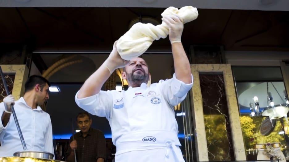 هذه المثلجات التركية لا تذوب وتُقطع بسكين جزار