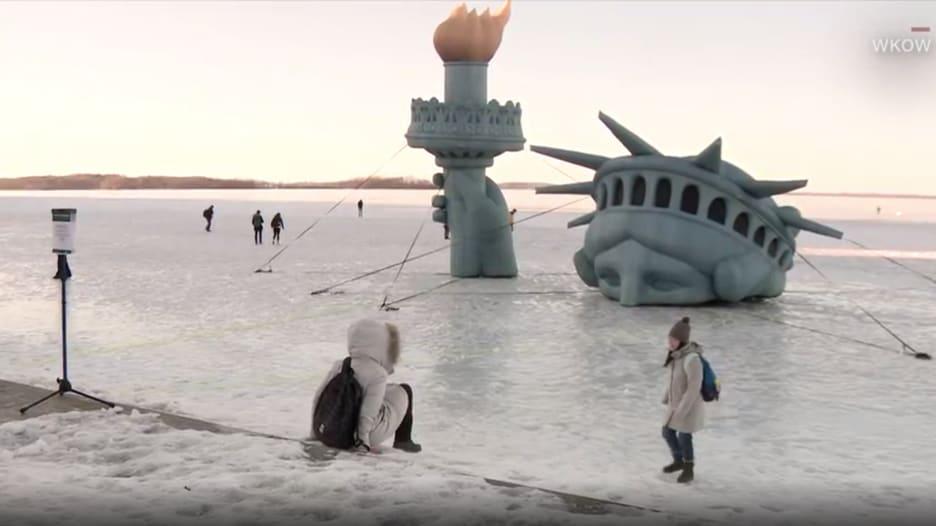 بسبب مزحة.. تمثال الحرية يغرق في بحيرة متجمدة