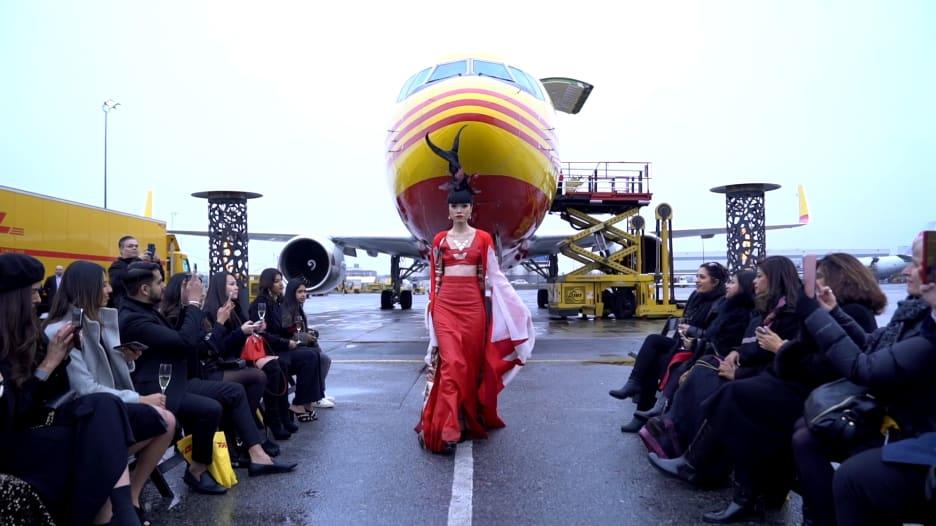 عرض أزياء يحول مطار جي إف كي بنيويورك إلى منصة له