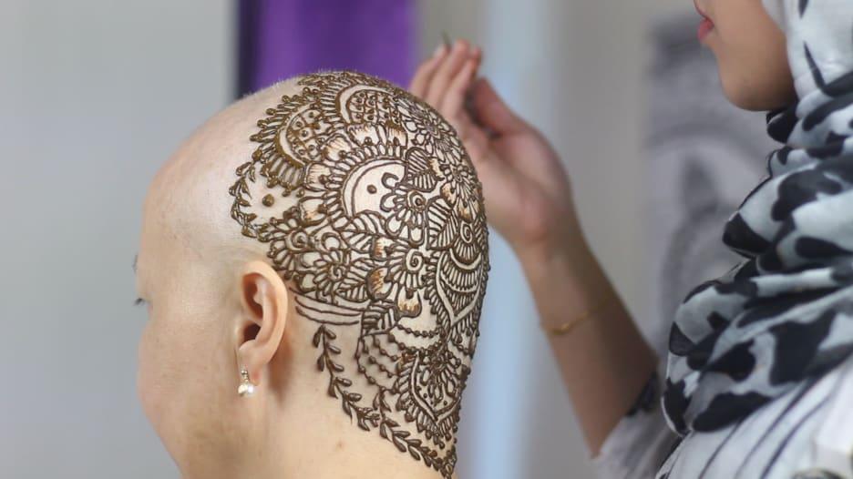 """""""أريد أن أجعلهم سعداء"""".. امرأة تقدم هذا التاج مجاناً لمرضى السرطان في دبي"""