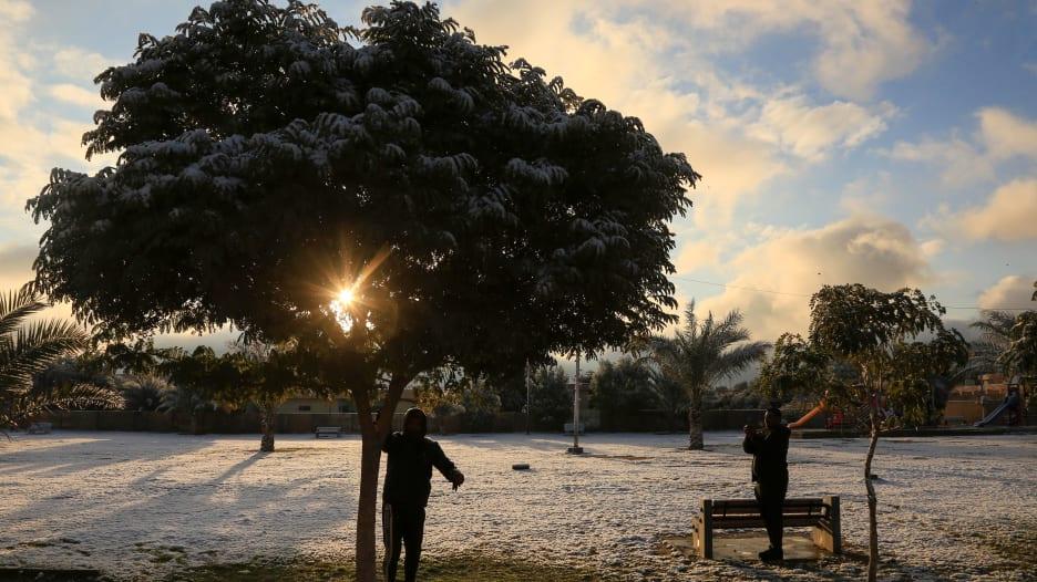 الثلوج تغطي بغداد لأول مرة منذ أكثر من عقد من الزمن