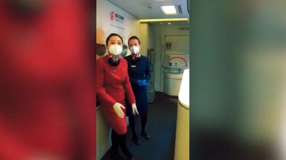 مصور CNN يوثق تجربة سفر على طائرة صينية وسط تحذيرات كورونا