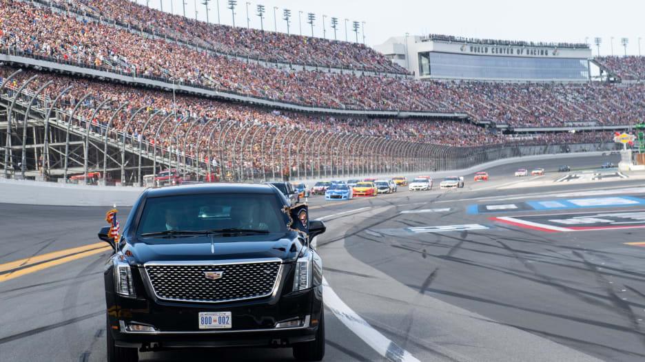 """ترامب يستعرض بسيارته """"الوحش"""" في افتتاح سباق دايتونا 500"""