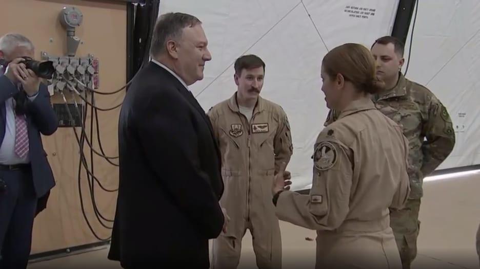 بومبيو يتفقد القوات الأمريكية في قاعدة الأمير سلطان الجوية بالسعودية