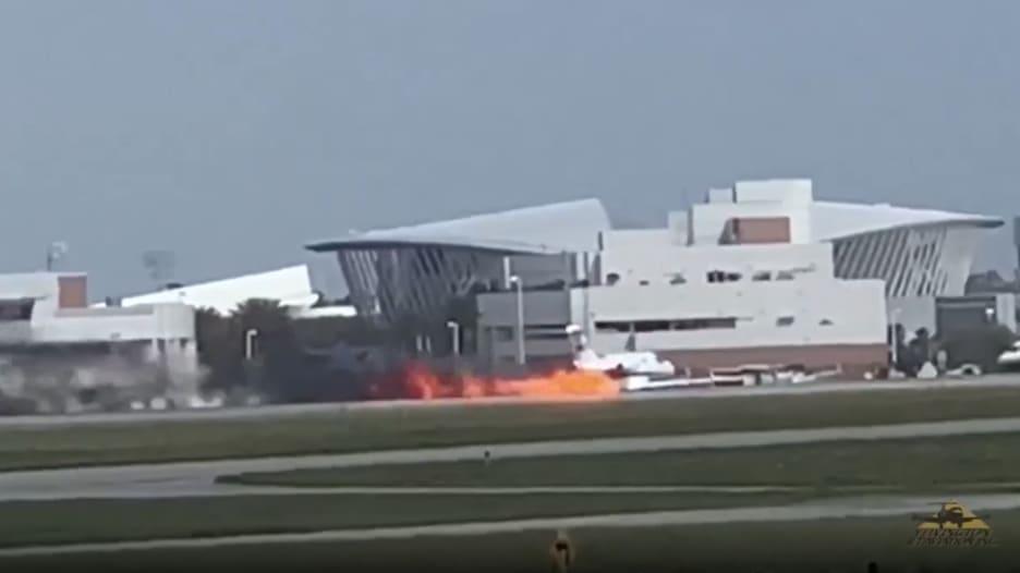 شاهد.. لحظة هبوط طائرة ركاب بدون عجلات والنيران مشتعلة فيها