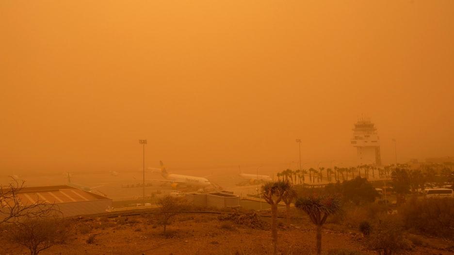 عاصفة رملية تترك سيّاحاً عالقين في جزر الكناري