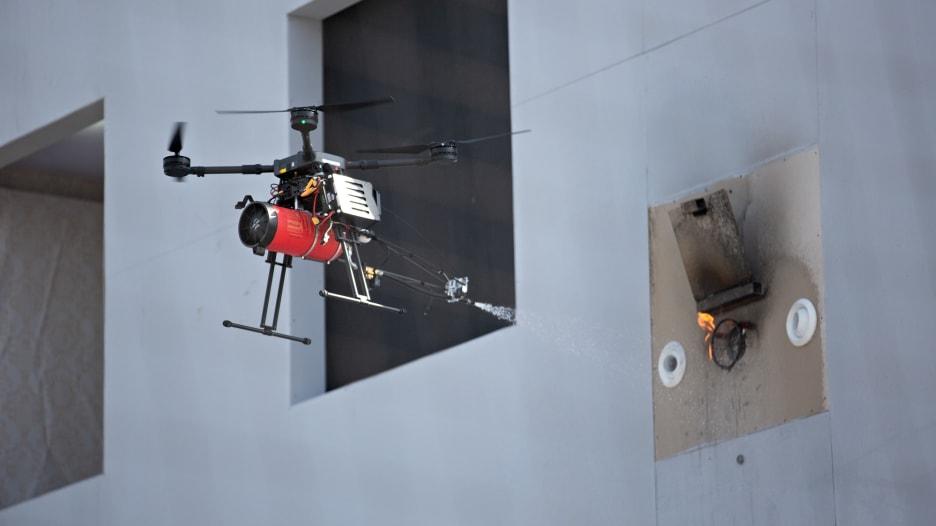 """شاهد.. طائرات """"الدرون"""" تساعد رجال الإطفاء على مكافحة الحرائق"""
