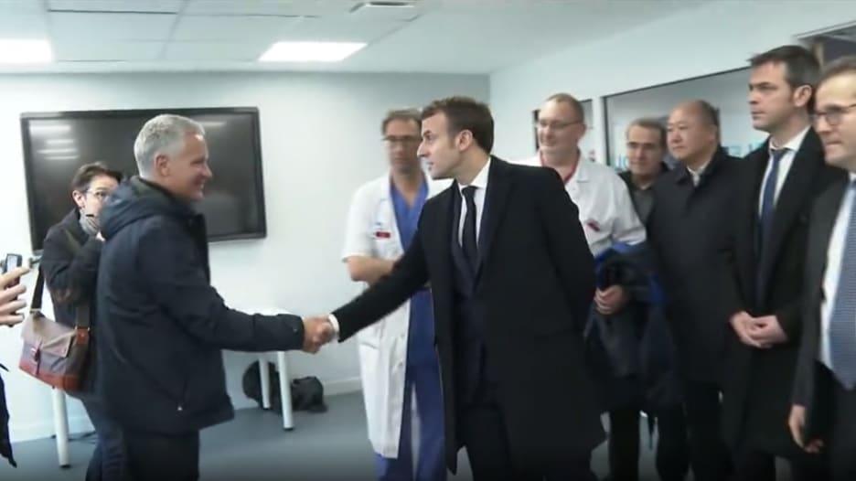 الرئيس الفرنسي يزور مستشفى يعالج مرضى فيروس كورونا