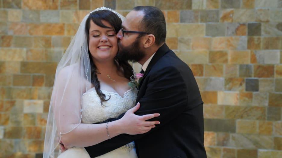 أمريكي يتزوج خطيبته في المستشفى بعد إصابته بمرض عضال