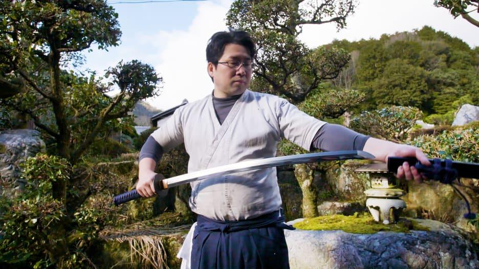 سلاح وقطعة فنية بالوقت ذاته.. تعرف إلى فن صناعة السيوف باليابان
