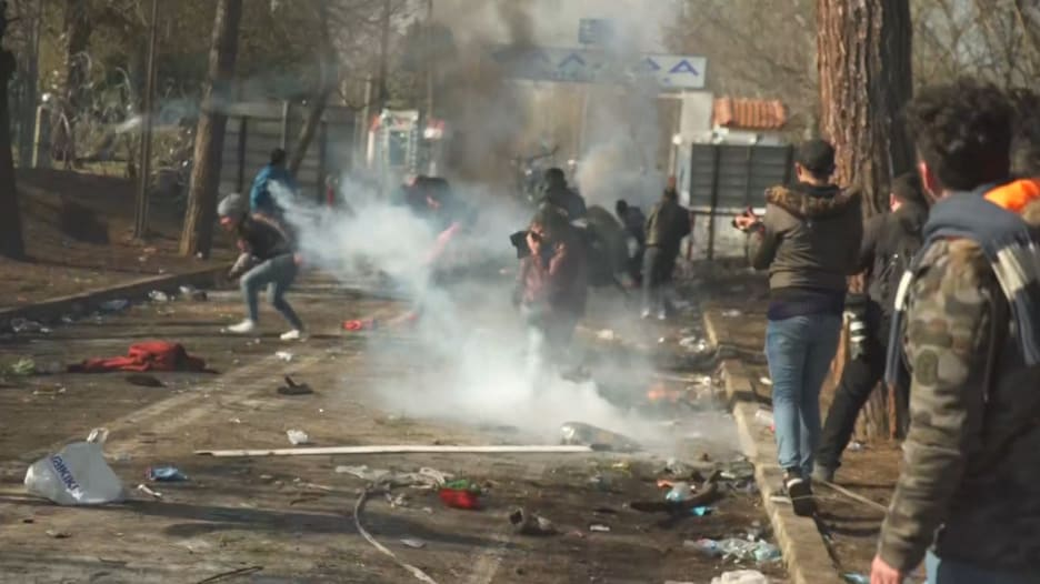حرس الحدود اليوناني يستقبل اللاجئين بالغاز المسيل للدموع