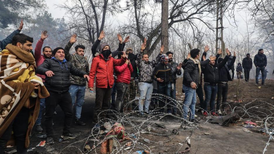 في برد وقمع.. هكذا يعاني اللاجئون على الحدود التركية اليونانية