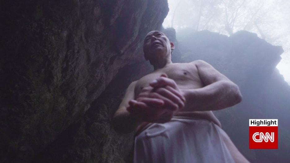خفة في العواطف والجسد.. هل تريد تجربة ممارسة اليوغا تحت شلال متجمد؟