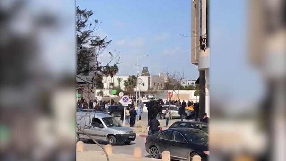 شاهد.. اللحظات الأولى بعد انفجار في محيط السفارة الأمريكية بتونس