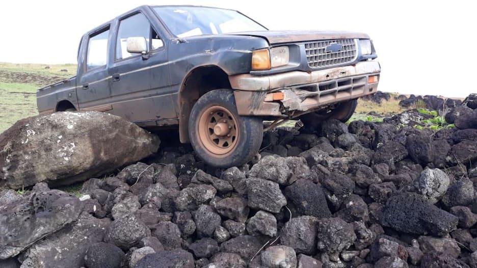 """أضرار """"لا تُحصى"""".. شاحنة تدمر إحدى تماثيل جزيرة القيامة المشهورة عالمياً"""