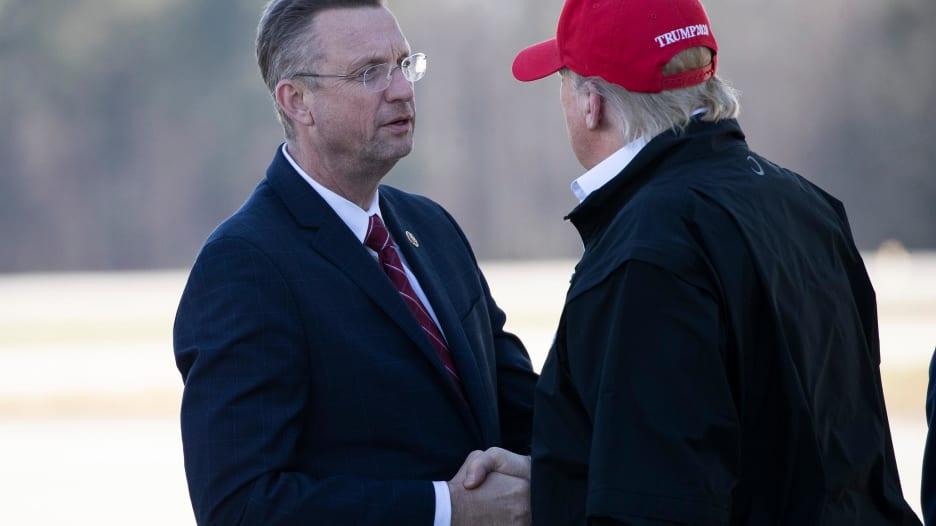 ترامب يصافح عضو بالكونغرس خضع للعزل بعد تواصله مع مصاب بفيروس كورونا