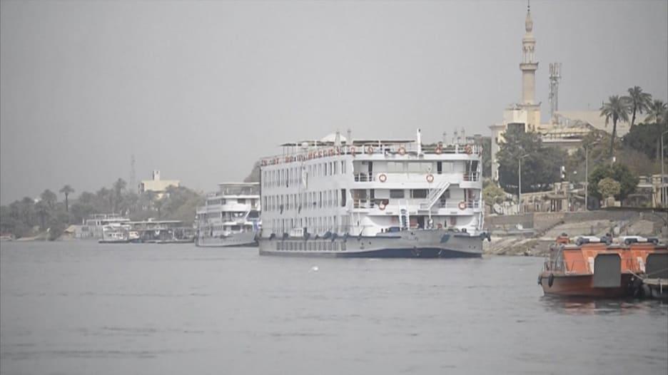 بعد إصابة بعض ركابها بفيروس كورونا..سفينة في النيل تضع السياح بحجر صحي