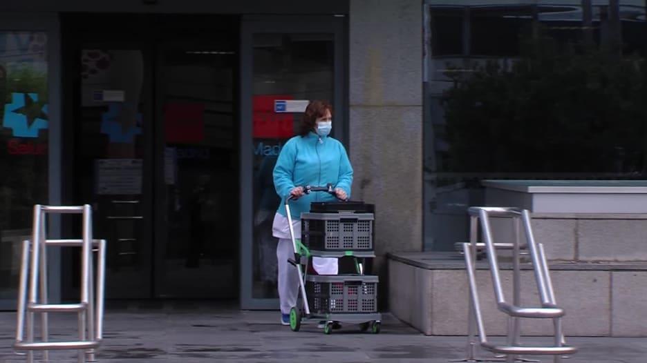 كاميرا CNN أمام مستشفى في مدريد يختبر أدوية لمكافحة فيروس كورونا