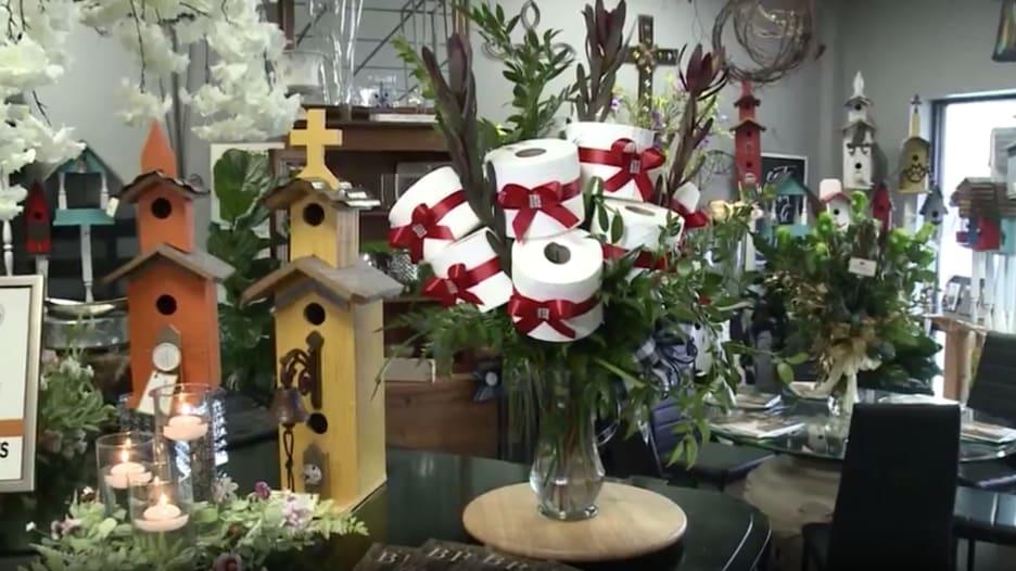 بسبب فيروس كورونا.. محل يبيع باقات منسقة من ورق التواليت بدلا من الزهور