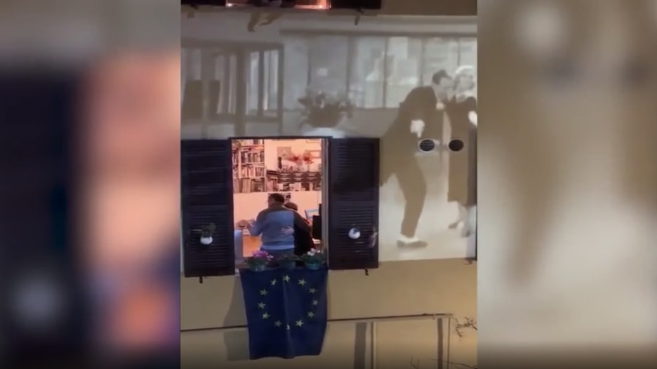 """إيطالي وزوجته يواجهان """"عزلة"""" فيروس كورونا بالرقص"""