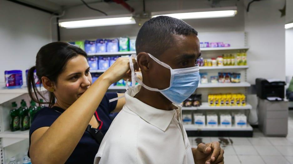 """""""ملائكة التسوق"""".. مبادرات إنسانية في مواجهة فيروس كورونا"""
