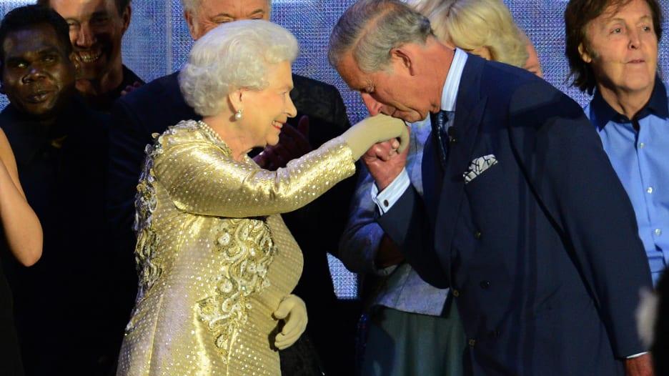 ما وضع ملكة بريطانيا الصحي بعد إصابة الأمير تشارلز بفيروس كورونا؟