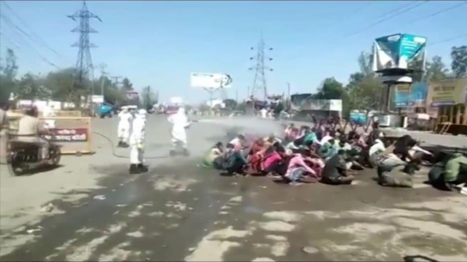 بسبب مخاوف كورونا.. رش عمال بالمعقمات علنا في شوارع الهند