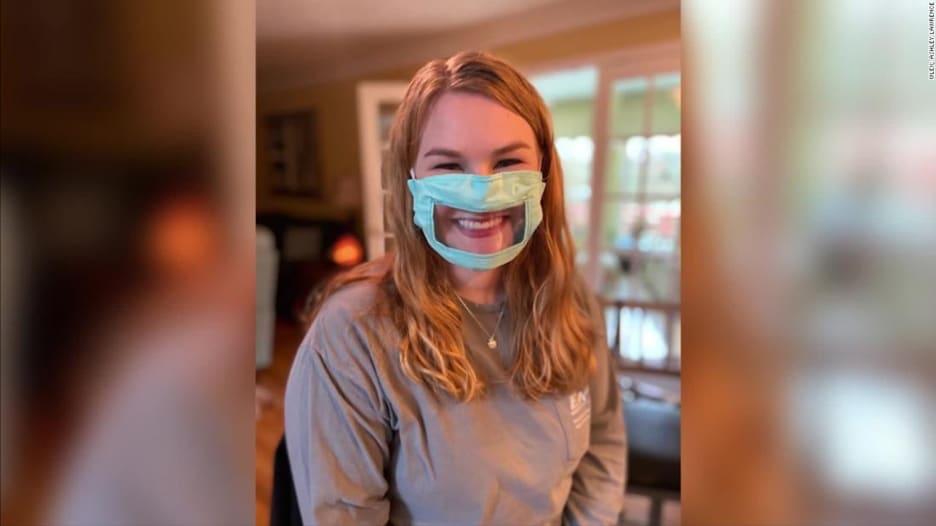 طالبة تقوم بصنع كمامات للصم وضعاف السمع وسط وباء كورونا