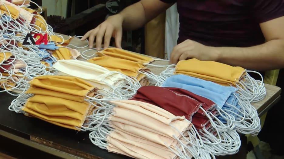 خياطون في بغداد يتبرعون بإنتاج كمامات وتوزيعها مجانًا