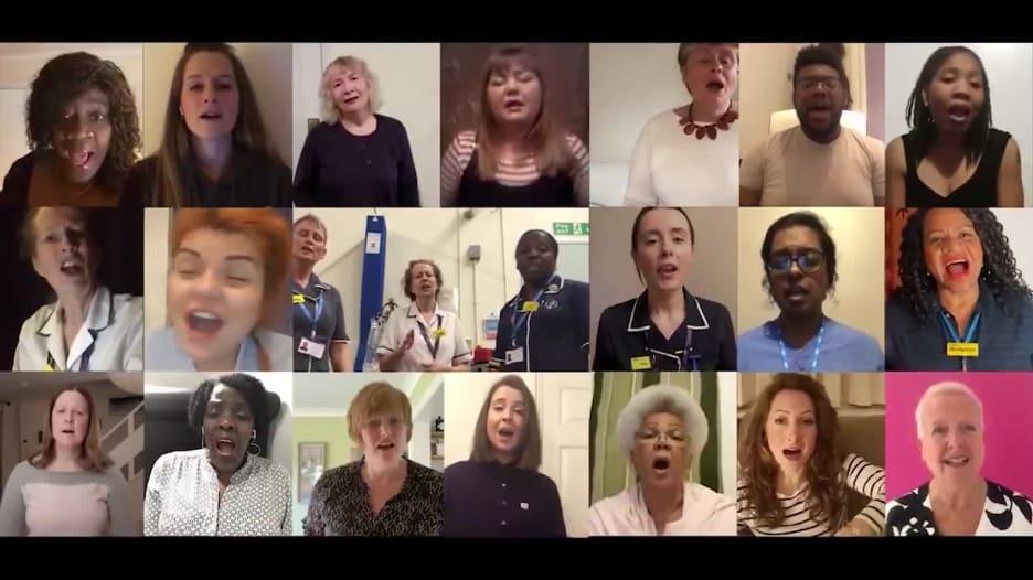 أطباء وممرضون يغنون في جوقة عالمية لدعم العاملين بالصحة