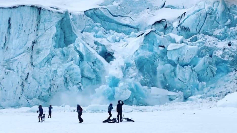 شاهد.. فتاة توثق لحظة انهيار جليدي بشكل مفاجىء