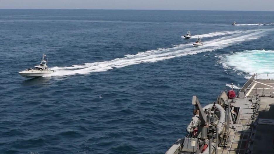 """بالفيديو.. البحرية الإيرانية تقترب من سفن حربية أمريكية في خطوة """"خطيرة واستفزازية"""""""