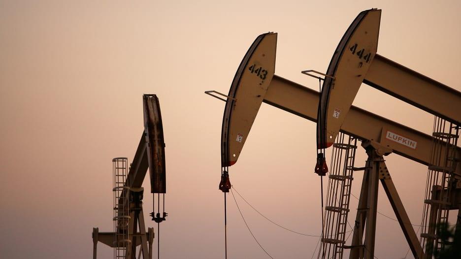 أسعار النفط الأمريكي تنخفض إلى أقل من 15 دولاراً للبرميل