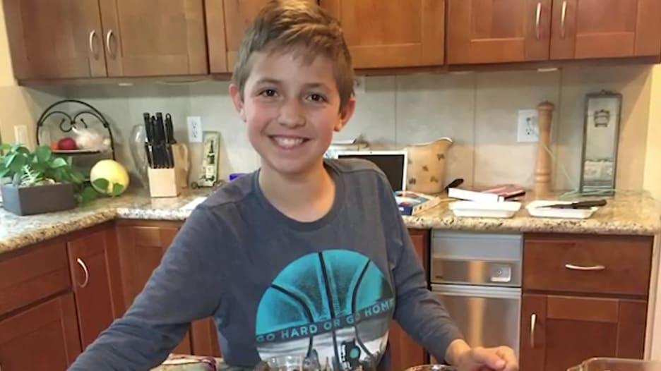 وسط حجر كورونا.. طفل بعمره 12 عاما يعلم الناس الطبخ