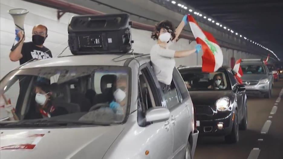 وسط أجواء كورونا.. لبنانيون يحتجون بسياراتهم في بيروت