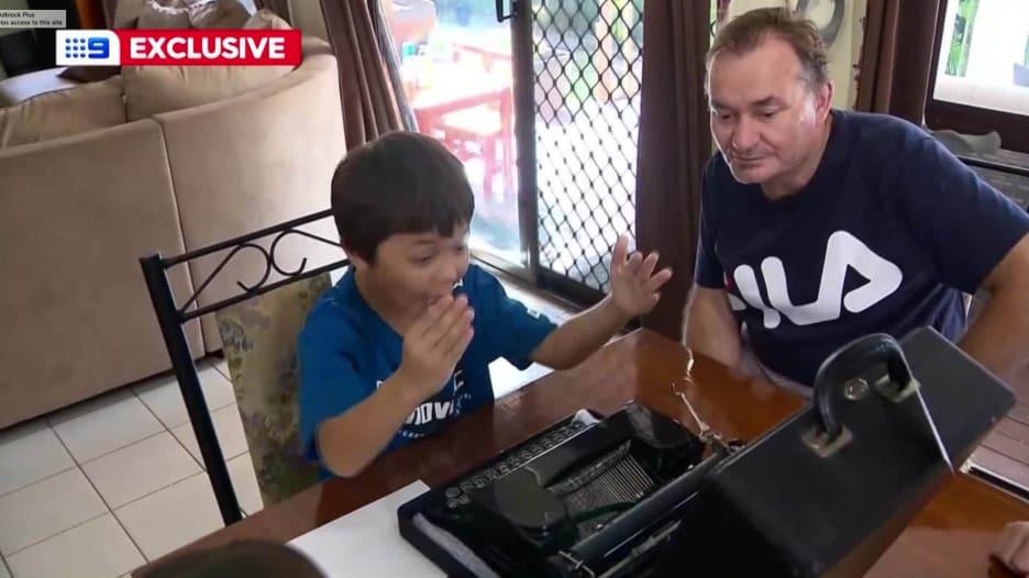 """توم هانكس يصادق طفلا اسمه """"كورونا"""" بعد تعرضه للتنمر"""