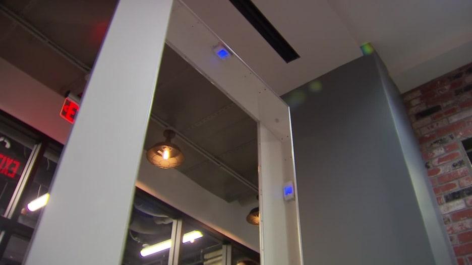 شركات تلجأ إلى ضوء الأشعة فوق البنفسجية لقتل فيروس كورونا في أماكن العمل