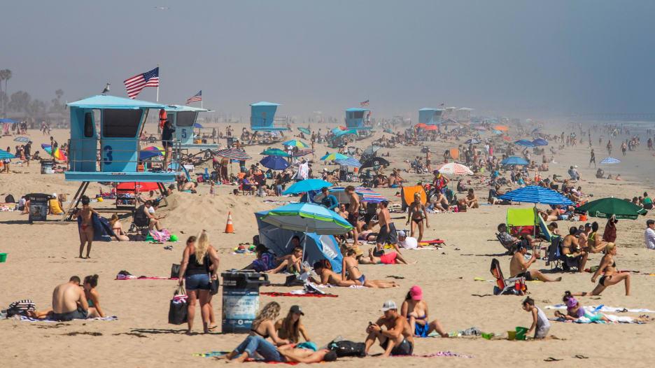 في ظل الخوف من فيروس كورونا..حشود تتجمع على  الشواطئ في أمريكا