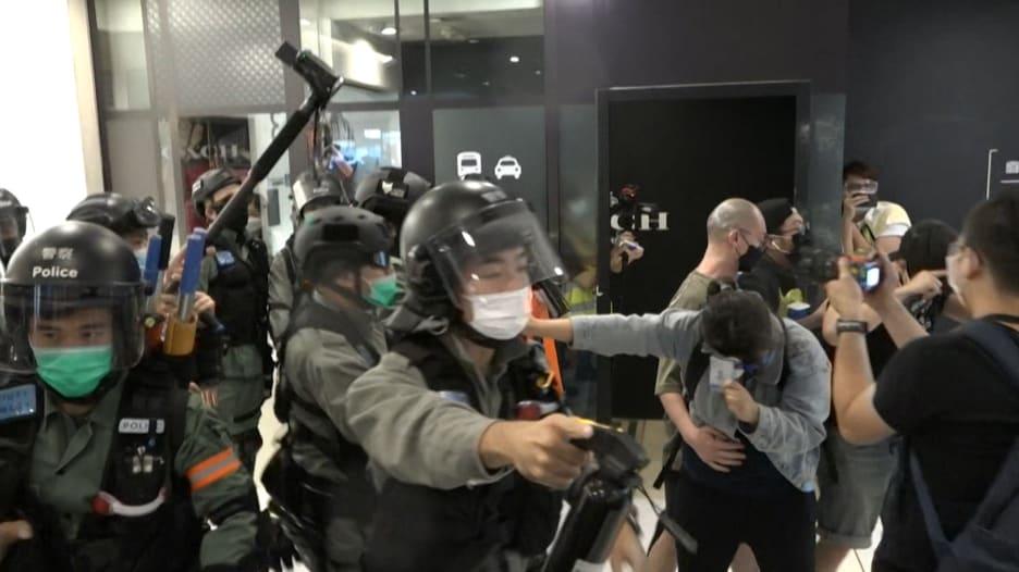اشتباكات في هونغ كونغ.. والشرطة تفرق متظاهرين برذاذ الفلفل