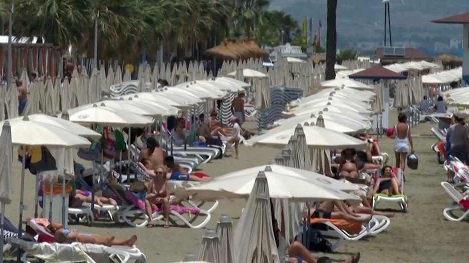 شواطئ لارنكا الشهيرة في قبرص تستقبل المصطافين من جديد