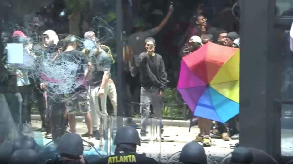 احتجاجات جورج فلويد.. مواجهات بين الشرطة ومتظاهرين أمام مقر CNN في أتلانتا