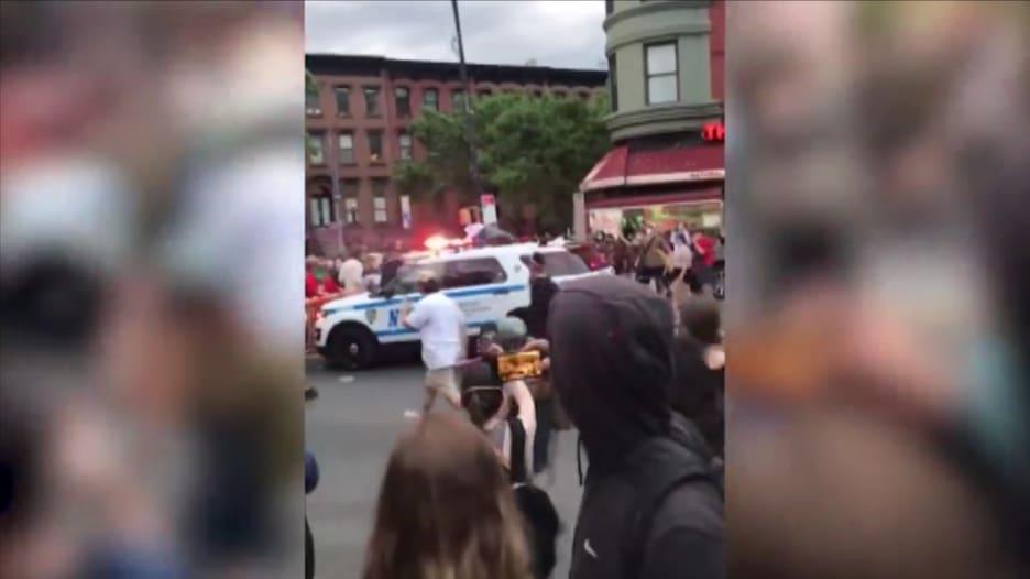 فيديو يظهر لحظة اصطدام سيارة شرطة بمتظاهرين في نيويورك